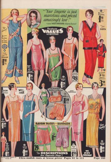 """""""'Ihre Dessous sind einfach wunderbar – und zu einem erstaunlich niedrigen Preis' – sagte Miss Universe, Ella Van Hueson"""" (engl. """"'Your Lingerie is just marvelous – and priced amazingly low!' – said Miss Universe, Ella Van Hueson""""). Pyjamas und Damenunterwäsche aus merzerisiertem, farbechtem Baumwoll-Breitgewebe, Rayon-Trikotage, Rayon-Krepp, matt schimmerndem Rayon, Rayon-Japanseide, mattiertem Rayon sowie Seiden-Rayon. Unter den Wäschestücken befinden sich einteilige Hemd-Pumphöschen-Kombinationen (B, C, D), lange Unterhemden (G, J, L), eine zweiteilige Bustier-Pumphöschen-Kombination (K), einzelne Pumphöschen (N, P) sowie ein langes Nachthemd (M) mit Ronson-Spitze mit gemaltem Farb-Motiv. Die Pyjamas zeigen bunt bedruckte Stoffeinsätze (A) oder schwarze Blenden (F). Modell F mit passendem Pyjama-Jäckchen."""