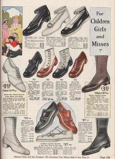 """""""Für Kinder – Mädchen und junge Frauen"""" (engl. """"For Children – Girls and Misses""""). Pumps mit Knöchelschnallen, Schnürstiefeletten, sportlich leichte Sommer-Oxfords sowie Sandalen für kleine Mädchen und Mädchen bis ca. 13 Jahre. Die Schuhe sind aus Lackleder, Kanevas, Chevreauleder (Ziegenleder), Kalbsleder oder metallgrau gefärbtem Leder. Mehrere Modelle sind mit zweifarbigen Ledersorten oder Schäften aus Stoff kombiniert. Die oberen drei Modelle nennen sich Betty Pump, Kolonial Pump oder Mary Jane. Die Absätze sind niedrig und die Sohlen teilweise aus Gummi."""
