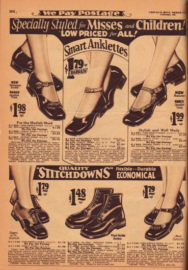 """Lacklederschuhe und Schuhe aus Kalbsleder für junge Mädchen und junge Damen von 2 bis 14 Jahren. Alle Schuhe haben niedrige Absätze und besitzen eine Schnalle – ein Modell mit Knöchelschnalle (Knöchelspange), sogenannte """"Anklettes"""". Unten sind halbhohe Stiefel und ein Paar Oxfords zu finden."""