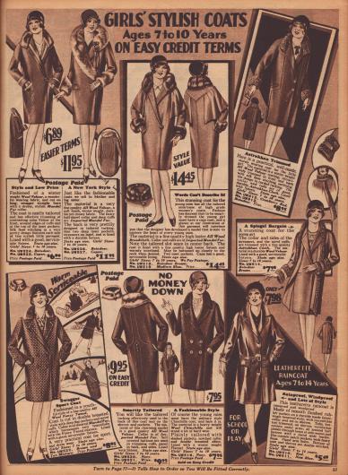 """""""Modische Mäntel für Mädchen – Für 7- bis 10-Jährige – Zu günstigen Kreditkonditionen"""" (engl. """"Girls' Stylish Coats – Ages 7 to 10 Years – On Easy Credit Terms""""). Wintermäntel aus Woll-Velours, Woll-Breitgewebe, Woll-Tweed und Woll-Chinchilla sowie ein Regenmantel aus imprägnierten Leder (unten rechts). Zum Verbrämen der Mäntel wurden importierter """"Mandel fur"""" (chinesisches Schaf) oder Astrachan-Wolle verwendet."""