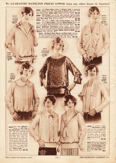 """Damenblusen aus Seidengewebe, """"embossed Tricosham"""" (schweres, dicht gewebtes Seidenmaterial), französischem Schleierstoff, Dimity (dt. Barchent: Mischgewebe aus Baumwolle und Leinen) sowie Breitgewebe. Die Blusen zeigen breite Kragen (ein Modell mit Jabot), die sich teilweise noch an die einige Jahre zuvor sehr beliebten Matrosenkragen anlehnen. Nur eine Bluse zeigt einen weit ausgeschnittenen Ausschnitt ohne Kragen. Hohlnähte, Stickereien, kleine Schleifen oder Pikotkanten zieren die Blusen."""
