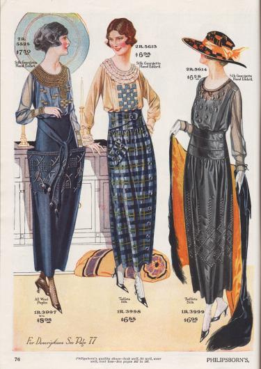 """Drei Blusen mit passend aufeinander abgestimmten Röcken für Damen. Die Blusen sind aus Seiden-Georgette mit von Hand ausgeführten, effektvollen Stickereien. Das erste Modell zeigt opulente Schatten-Stickerei (engl. """"Shadow Embroidery"""") und Paspelierung sowie duftig leichte Ärmel. Die zweite Bluse zeigt drei Reihen von rüschenarig verarbeiteter Spitze um den kragenlosen Ausschnitt und die engen Manschetten. Die dritte Bluse zeigt kontrastierende Blatt- und Beerenstickereien sowie eine runde Hohlnaht um den Ausschnitt. Die Röcke sind aus Woll-Popeline und karierter Taft-Seide. Der erste Rock zeigt tütenartig geformte Beuteltaschen und ist ringsum opulent mit heller Stickerei verarbeitet. Der zweite Rock ist (wie das dritte Modell) unterhalb der Taillenpasse dicht angesetzt und wird seitlich über Knöpfe geschlossen. Der dritte Rock zeigt in der Farbe des Rockes gearbeitete Stickerei."""