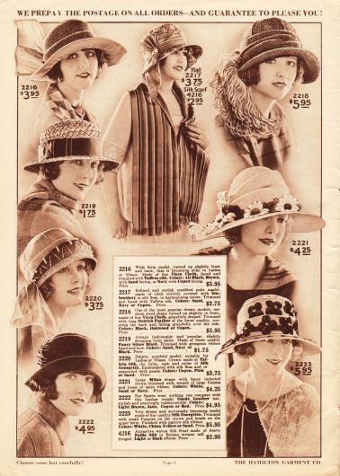 Acht Sommerhüte für Damen mit breiten oder mittelbreiten, teilweise umgeschlagenen Krempen. Die Hüte sind aus Visca Stroh und Seiden-Taft, Rohseide, grobem Stroh, Taft-Seide und Seiden-Georgette, Mailänder Stroh sowie Wildleder (2222). Als Aufputz der Hüte dienen größere und kleinere Schleifen, eine große seitliche Straußenfeder-Applikation, Ripsbänder, ein feiner Seidenschal und Perlen (2220), große Gänseblümchen aus Stoff und kleine Schleifen aus Satin sowie Stoffmohnblumen und Perlen. Außerdem wird in der oberen Bildmitte ein breiter Schal aus Faille-Seide mit römischen Streifen präsentiert.