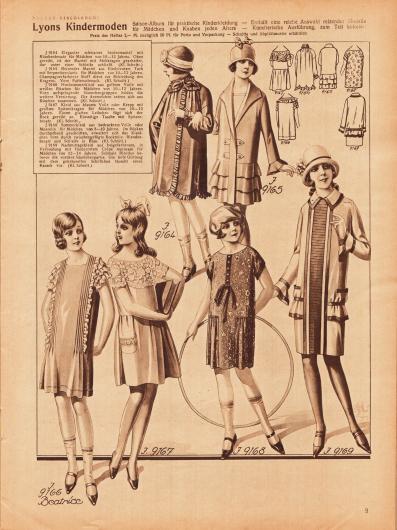 9164: Eleganter schwarzer Seidenmantel mit Rüschenbesatz für Mädchen von 10 bis 12 Jahren. Oben gereiht, ist der Mantel mit Stehkragen gearbeitet, der unter einer Schleife schließt. 9165: Reizender Mantel aus fliederrotem Tuch mit Serpentinvolants für Mädchen von 10 bis 12 Jahren. Champagnerfarbener Stoff dient zur Bekleidung des Kragens. Vorn Pattenschmuck. 9166: Hochsommerkleid aus gelbem Voile mit weißen Rüschen für Mädchen von 10 bis 12 Jahren. Vorn aufspringende Säumchengruppen bilden die weitere Verzierung. Die Ärmelchen setzen sich aus Rüschen zusammen. 9167: Kleid aus blauem Voile oder Krepp mit großem Spitzenkragen für Mädchen von 10 bis 12 Jahren. Einem glatten Leibchen fügt sich der Rock gereiht an. Einseitige Tasche mit Spitzenbesatz. 9168: Sommerkleid aus bedrucktem Voile oder Musselin für Mädchen von 8 bis 10 Jahren. Im Rücken durchgehend geschnitten, erweitert sich das Kleidchen vorn durch zwischengefügte Rockteile. Blendenbesatz von Schleife in Blau. 9169: Nachmittagskleid aus beigefarbenem, in Verbindung mit fliederrotem Crêpe Marocain für Mädchen von 12 bis 14 Jahren. Schmale Blenden betonen die vordere Säumchenpartie. Die tiefe Gürtung mit dem gekräuselten Schößchen täuscht einen Kasack vor.