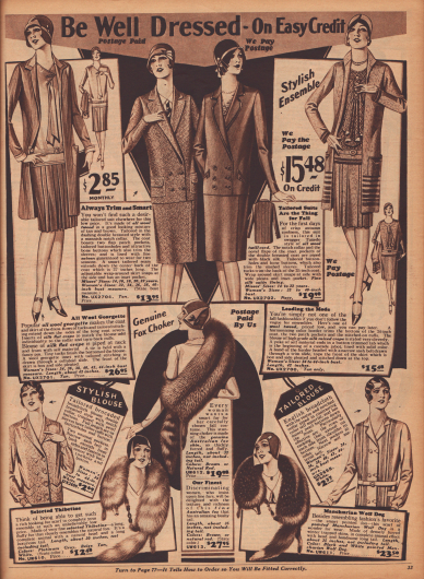 """""""Seien Sie gut angezogen – auf Kredit"""" (engl. """"Be Well Dressed – On Easy Credit""""). Zwei Ensembles aus Woll-Georgette und Woll-Tweed deren Blusen aus unifarbenem bzw. gemustertem Seiden Krepp bestehen, zwei Schneiderkostüme mit doppelreihigen Jacken aus Woll-Tweed und diagonal verarbeitetem Woll-Twill sowie zwei einzelne Blusen mit doppelreihigen Knopfpaaren aus englischem Breitgewebe mit Taschen und Biesen. Unten mittig werden drei opulente Pelzschals bzw. Pelzkrawatten oder Pelzstolen aus importiertem australischem Fuchsfell oder """"thibetine fur"""" (chinesisches Lammfell) angeboten."""