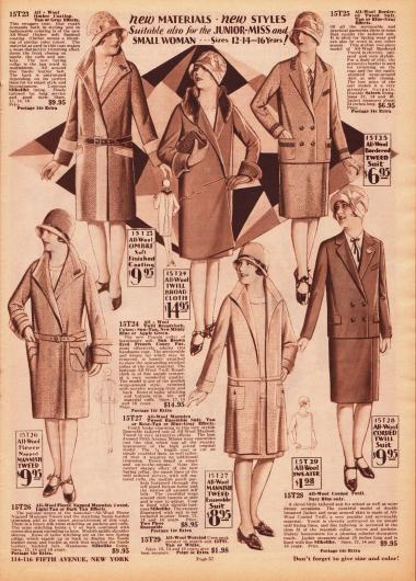 """Drei Mäntel, ein Ensemble und zwei herrenmäßig geschneiderte Kostüme für 12 bis 16-jährige Mädchen im High School Alter. Ein Mantel ist mit Kaninchenfell verbrämt. Die Mäntel sind aus Woll-Breitgewebe, Woll-Tweed und einem Wollgewebe namens """"Ombré Coating"""" (Wollstoff in verschiedenen Farbtönen). Das Ensemble (unten Mitte) besteht aus Woll-Tweed. Die beiden Kostüme mit ihren doppelreihigen Jacken auf der rechten Seite bestehen aus Woll-Tweed und Woll-Kord."""