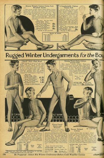 """""""Robuste Winter Unterwäsche für Jungen"""" aus Baumwolle. Einteilige """"union suits"""" (dt.: Hemdhosen) und zweiteilige Unterwäsche bestehend aus Unterhemd und langer Unterhose für Jungen von 2 bis 16 Jahren."""