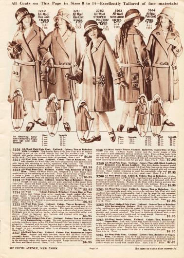 Fünf Mäntel aus Wollgeweben und Woll-Velours für Mädchen im Alter von 8 bis 14 Jahre. Lange Gürtel (nur ein Mantel ist gürtelos), aufgesetzte Taschen, Stepperei, Stickereien und große Zierknöpfe sind an den Mänteln zu finden.