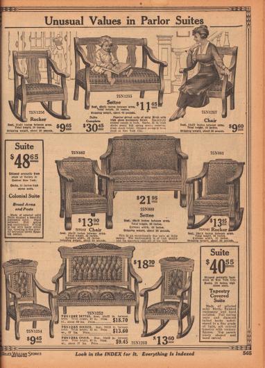 Sitzgarnituren mit Sichtholzgestellen für Salon, Empfangszimmer oder Wohnzimmer bestehend aus Zweisitzer-Sofas, Stühlen und Schaukelstühlen. Die oberen Sitzmöbel sind aus Mahagoni und mit Velours bezogen. Die Sitzflächen sind mit belastbaren Sprungfedern ausgestattet. Die mittlere Garnitur im Kolonialstil ist aus Birkenholz gearbeitet, handpoliert und mit braunem spanischen Lederimitat bezogen. Die untere dritte Sitzgruppe ist ebenfalls aus Birkenholz hergestellt und mit von Hand ausgeführten Schnitzereien aufgewertet und zudem mit Gobelinstoff bezogen.