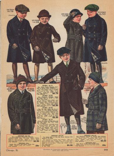 Doppelreihige Mäntel (oben und Mitte) sowie Mackinaw-Jacken (Holzfällerjacken, unten links und rechts) für Jungen von 5 bis 18 Jahren. Die knielangen Wintermäntel sind aus Chinchilla-Wolle, Woll-Mischgewebe schwerer Qualität, Cheviot-Wolle oder diagonal verarbeitetem, dickem Wollstoff. Die Mäntel besitzen schräg eingelassene Taschen oder eine gerade eingearbeitete Tasche mit Taschenpatte. Alle Wintermäntel sind überdies mit kariertem Stoff gefüttert. Die Kragen sind konvertierbar, d. h. offen oder hochgeschlossen tragbar. Zwei Modelle ohne Gürtel. Die zweireihigen Mackinaw-Jacken haben große aufgesetzte Taschen und eine kleinere Brusttasche. Beide Modelle sind ungefüttert, eines zeigt einen Schalkragen.