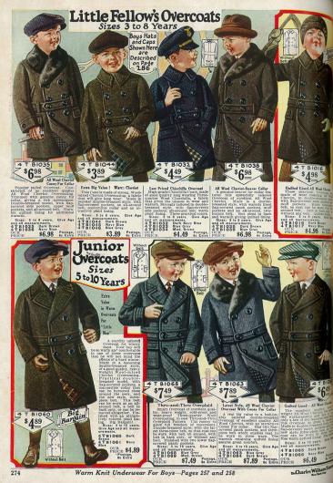 Doppelreihige Mäntel mit Gürtel für kleine Jungen bis 10 Jahre im Ulster-Stil. 3 Mäntel mit Kaninchen- und Bieberpelzbesatz sowie ein Mantel aus Chinchilla (oben, Mitte).