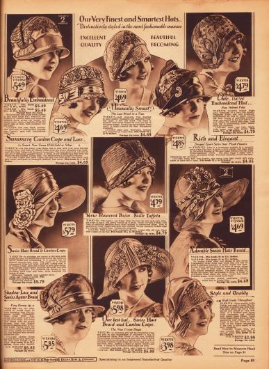 """Exquisite und aufwendig gestaltete Damenhüte aus Faille Taft und """"Pedaline"""" Strohgeflecht, Kanton Krepp, """"Bengaline"""" Stroh, Satin und halbtransparentem """"Pyroxaline"""" Geflecht (Kunstfaser), """"Bengaline Faille"""", """"Swiss hair braid"""" (wahrscheinlich Rosshaar) und """"Swiss Ajour hair braid"""" (Stroh-Rosshaargeflecht). Gerade die oberen Modelle zeigen ausgedehnte Stickereien am Hutkopf. Des Weiteren werden Ripsbänder, strassbesetzte Hutnadeln sowie Kunstblumen und Blüten als Aufputz verwendet. Unten links befindet sich zudem ein Hutmodell speziell für die ältere Dame."""