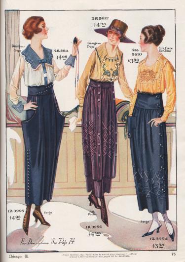 """Drei Damenblusen aus """"Georgean Crepe"""" und """"Georgean"""" (neuartiger Stoff, sehr ähnlich dem teuren Georgette) oder Seiden-Crêpe de Chine sowie drei Damenröcke aus Baumwoll-Woll-Serge und Seiden-Popeline. Die Blusen zeigen breite Rüschenkragen aus Plisseestoff oder einen tiefen Matrosenkragen, flächig ornamentale Stickereien oder Biesengruppen. Der erste Rock zeigt die 1919 modische """"peg top"""" Linie. Dabei ist der Rock um die Hüfte besonders weit und unten eng geschnitten. Erzeugt wird dieser Effekt durch den weit abstehenden Rockstoff, der um die Hüften geräumige Tüten bildet. Seitliche Reihe mit Zierknöpfen. Der pflaumenfarbene bzw. dunkellila Rock besitzt eine flächige Stickerei aus merzerisierter Seide. Mit Knöpfen besetzte Schärpenbänder zieren die Vorderseite. Das dritte Modell zeigt eine sehr breite Gürtelpasse, an den der Rock dicht angefügt ist. Stickerei aus merzerisierter Seide sowie seitliche Knopfleiste in ganzer Länge."""