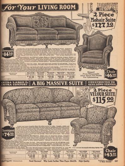 """""""[Wunderschön gepolsterte und bezogene Sitzgarnituren] für Ihr Wohnzimmer"""" (engl. """"[Beautiful Upholstered Pieces] for Your Living Room""""). Seite mit zwei zweiteiligen Polstermöbelgarnituren. Oben wird ein Davenport Dreisitzer-Sofa mit passendem Sessel angeboten. Das Sichtholz des Polstermöbels ist aus Mahagoni und ist reich ornamentiert und fein geschnitzt. Als Bezugsstoff dient Angora Mohair. Die untere Sitzgarnitur für das Wohnzimmer ist sehr massiv und massig gearbeitet. Das Davenport Sofa wie der dazugehörige Sessel zeigen Quasten an den großzügig gepolsterten Armlehnen. Die Garnitur kann wahlweise mit Jacquard Velours oder echtem Angora Mohair als Bezugsstoff bestellt werden."""