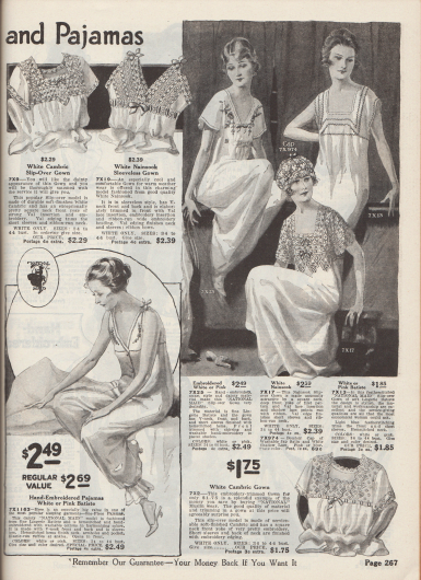 """""""Anmutige Nachthemden und Pyjamas"""" (engl. """"[Dainty Gowns] and Pajamas""""). Nachthemden, eine passende Boudoir Nachthaube sowie ein Pyjama aus Batist, Lingerie-Batist oder Nainsook (leichter Musselin, Baumwolle), bestellbar in den Farben Rosa oder vorrangig Weiß. Einige Wäschestücke zeigen Schulterpassen, die aus Spitze, Spitzeneinsätzen und Spitzenborten (bspw. Valenciennesspitze) hergestellt sind. Reiche Stickerei – sowie engl. """"featherstitching"""", dt. (?) – sind an den Hemden zu finden. Zierliche Bandschleifen und bogige Kanten sind weitere modische Details. Unten links ein einteiliger, ärmelloser Pyjama mit Frontknöpfung, V-Ausschnitt und elastischen Bündchen an den Knöcheln."""
