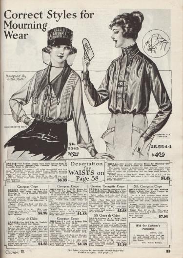 """""""Richtige Modelle zur Trauer"""" (engl. """"Correct Styles for Mourning Wear""""). Trauerkleidung. Zwei Blusen aus Seiden-Georgette Krepp und Chiffon-Seiden-Taft die angemessen für Beerdigungen und Trauerfeiern sind. Die erste Bluse präsentiert mehrere vertikal verlaufende Biesengruppen. Hohlnähte ergänzen die Schulter- und Ärmelnähte, flankieren die Knopfleiste und zeigen sich auch an den Manschetten. Stoffbällchen beschweren den spitzen Kragen. Bandgarnitur mit Schleife. Die rechte Bluse besitzt einen konvertierbaren Kragen (offen oder hochgeschlossen tragbar). Der schmale Westeneinsatz präsentiert Hohlnähte und zwei Knöpfe."""
