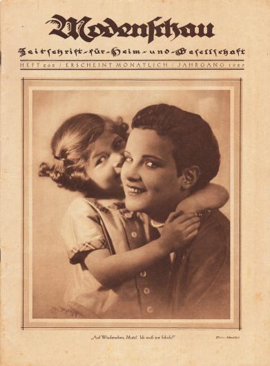 """Titelseite der Modenschau (Untertitel: Illustrierte Monats-Zeitschrift für Heim und Gesellschaft) Nr. 202 vom Oktober 1929.  Das großformatige Titelfoto zeigt eine in die Kamera lächelnde junge Mutter mit Eton-Haarschnitt mit ihrer Tochter, die sie umarmt. Das Bild hat die Bildunterschrift """"Auf Wiedersehen, Mutti! Ich muß zur Schule!"""". Foto: Atelier Ernst Schneider, Berlin (1881-1959)."""