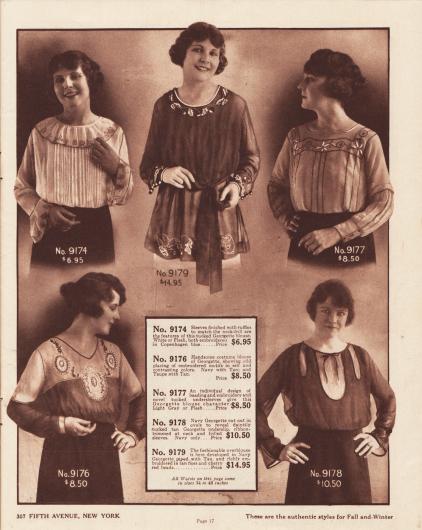 Vier sehr elegante und exquisite Georgette-Blusen sowie eine Kasack, die ebenfalls aus Georgette gearbeitet ist, für Damen. Die Damenblusen zeigen mehrreihige Biesen auf der Brust oder den Unterärmeln, Rüschen an den Unterärmeln, gerüschte Krause um den Ausschnitt, große Motiv-Stickereien oder auch Perlen-Stickerei. Die Bluse unten rechts im Marinestil (9178) besitzt drei große, ovale Ausschnitte mit Einfassborte, die den Blick auf das mit Biesen verzierte Unterhemd freigeben. Die Kasack oben in der Mitte mit langem Schoß und Bandgürtel (9179) ist mit farblich abstechender Rohseide an Ärmelaufschlägen, Saum und Ausschnitt bestickt.