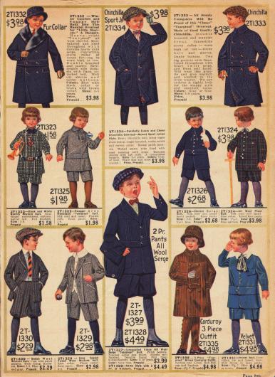 """Feine Spielanzüge für Jungen bis 10 Jahre aus robusten, """"tearproof"""" (knitterfreien) Stoffen wie Cheviot (Tweedstoff), Serge, Samt, Kord und Wollmischstoffen. Die Mäntelchen im oberen Bildrand sind aus Woll-Cheviot und Chinchilla, wobei der erste Mantel mit Kaninchenpelz verbrämt ist. Viele Jäckchen der präsentierten Spielanzüge sind mit einem fest angenähten Gürtelband im Stil der """"Norfolk Suits"""", die bereits in der Jahrhundertwende populär waren, gearbeitet."""