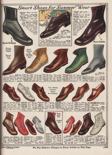 """""""Elegante Schuhe für die Sommermode"""" (engl. """"Smart Shoes for Summer Wear""""). Bequeme, teilweise farbige Stiefeletten, halbhohe Stiefeletten, Halbschuhe und Sandalen mit niedrigen oder flachen Absätzen und biegsamen Gummisohlen für 3 bis 14-jährige Mädchen. Im unteren Seitenbereich sind auch einzelne Modelle für Jungen bis 4 Jahre untergebracht. Die Schuhmodelle sind aus Chevreauleder (Ziegenleder), """"Vici""""-Chevreauleder, """"Ooze Leather"""" (dt. Kalbs- oder auch Schafsleder), Nubuk Leder (Rauleder) oder Kanevas. Zwei Schuhpaare sind mit Schaften aus Stoff versehen."""