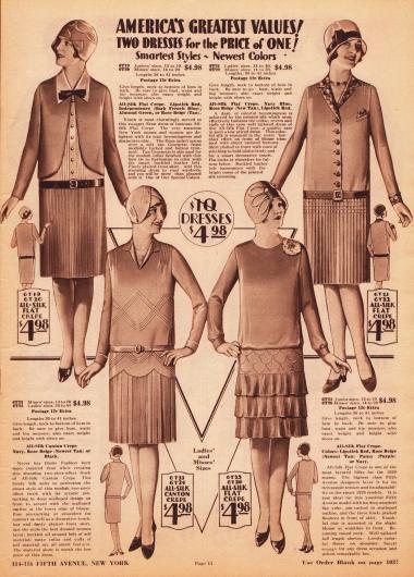 Tageskleider für Frauen, die normalerweise für 10 Dollar verkauft werden würden, hier zum Preis von 4,98 Dollar. Alle Kleider sind aus Seiden Krepp hergestellt. Die Röcke aller Kleider sind plissiert oder sind mit drei Volantreihen aus plissiertem Material versehen (Modell unten rechts). Das Kleid oben links zeigt eine boleroartige Eton Jacke, unter der ein hemdartiger Einsatz aus Georgette zum Vorschein kommt. Das Modell unten links zeigt reiche, aber schlichte Biesengarnierung an Taille und Schultern. Der Rock ist bogig angesetzt. Auch das Kleid daneben zeigt Biesen oberhalb des Volantrockes.