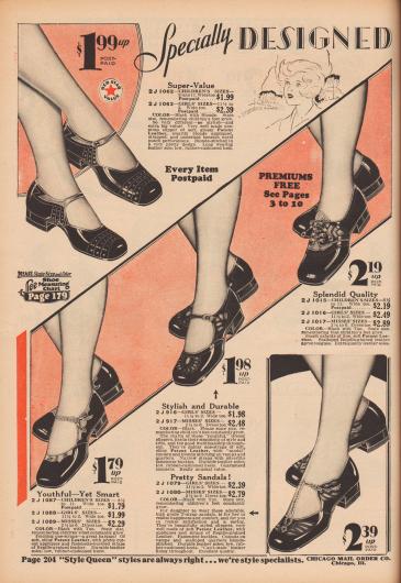 """""""Speziell entworfen für Mädchen und Backfische"""" (engl. """"Specially Designed [for Girls and Misses]""""). Schnallenschuhe bzw. Sandalen, ein T-Schnallenschuh und ein Oxford aus schwarzen Lackledern, die mit reptilienartig genarbten Ledern kombiniert wurden, für 4 bis etwa 14-jährige Mädchen. Mehrere Modelle mit Ausstanzungen und Perforationen. Alle Modelle mit flachen Absätzen."""
