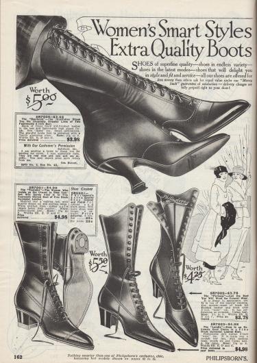 """""""Elegante Modelle für Damen [zur kleidsamen Mode.] Extra hochwertige Stiefel [mit vollem Tragekomfort]"""" (engl. """"Women's Smart Styles [for Dressiest Wear.] Extra Quality Boots [and Solid Comfort]""""). Hohe Schnürstiefel aus glänzendem, poliertem Chevreauleder (Ziegenleder) für Frauen. Das Modell Parkway (drittes Modell von links unten, 5R7002) ist mit einem Schaft aus Stoff ausgestattet und weist Zierperforationen auf der Kappe auf. Kundinnen hatten die Wahl zwischen dicken, mittelhohen Kubanischen Absätzen oder dem geschwungenen Louis XIV Absatz."""