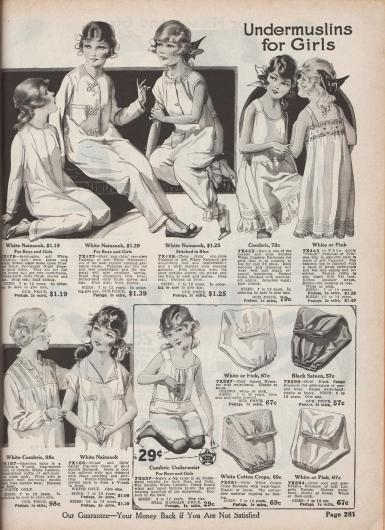 """""""Musseline-Unterwäsche für Mädchen"""" (engl. """"Undermuslins for Girls""""). Drei einteilige Pyjamas, lange Unterhemdchen, Prinzess-Unterhemden, lange Nacht- bzw. Schlafhemden, eine Untertaille mit Höschen sowie vier Pumphöschen für 7 bis 12-jährige Mädchen. Die Pyjamas, Unterhemden und Nachthemden sind aus Nainsook oder Batist und die Pumphöschen aus Satin, Baumwoll-Krepp oder Lingerie-Batist hergestellt. Ein Pyjama besitzt Posamenten als Verschlüsse (""""Braid frog ornaments""""). Die Nachtwäsche und Hemden zeigen Biesen, Spitzeneinsätze, Rüschen, Hohlsaumstickerei oder Reihenziehungen."""