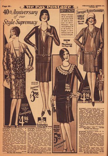 Einfache, aber schicke Kleider aus Seiden-Baumwoll-Krepp, importiertem Leinen und Seiden-Satin sowie ein Ensemble aus Woll-Tweed und Rayon für Damen und junge Frauen im Alter von 14 bis 16 Jahren. Das erste Modell zeigt eine Garnitur mit breitem Kragen aus weißem Gewebe mit Spitzenrüsche. Am Ausschnitt eine Schleife mit langen Bändern und in der Rockfront ein Rockeinsatz mit Reihenziehung. Das zweite Kleid ist aufgemacht wie ein Jackenkleid und zeigt aufgesetzte Taschen und Paspeln. Der Rock ist plissiert. Das dritte Kleid präsentiert sich mit einer zackigen Garnitur aus Écruspitze. Die krawattenartige Bandgarnitur zeigt oben sowie an der Hüfte runde Ornamente aus Celluloid. Rock mit Godet und Reihenziehung. Die Bluse des Ensembles ist aus Rayon, das auch zur Fütterung der langen Bänder genutzt wurde. Rock mit Kellerfalten.