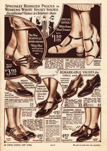"""Damenschuhe aus Kanevas (engl. """"canvas""""). Das linke Paar, ein Sportoxford mit der Bezeichnung """"Deauville"""", ist mit grünem Chevreauleder (Ziegenleder) attraktiv kombiniert. Auch das rechte sommerliche Schnallenschuhpaar ist mit Lackleder berandet. Darunter befinden sich sportliche Schuhe und Schuhe für den Alltag für junge Mädchen. Die Sandalen für Mädchen sind aus Lackleder oder Kalbsleder gearbeitet und mit niedrigen Gummiabsätzen versehen."""