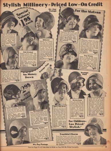 """""""Modische Hüte – Niedrig im Preis – Auf Kredit"""" (engl. """"Stylish Millinery – Priced Low – On Credit""""). Elegante Hüte für junge Frauen (links), ältere Damen (""""For the Matron"""", rechts oben) und 6 bis 14-jährige Mädchen (rechts unten). Die Glockenhüte und turbanartigen Kappen sind aus Wollfilz, """"soleil felt"""", Samt und Satin, Seiden-Satin, reinem Samt oder Rayon-Satin und zeigen keine, nur kurze oder umgeschlagene Krempen. Ripsbänder und Ripsband-Applikationen, Metallspitze, Stickereien mit Metallfäden, Metallschnallen, dekorative Hutnadeln, Broschen, plissierte Rüschen, gesteppte Ziernähte oder abgenähte Säumchen geben jedem Modell eine besondere individuelle Note."""