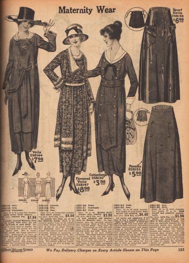 Umstandsmode für werdende Mütter. Offeriert werden drei Kleider aus besticktem oder bunt geblümtem Voile (Schleierstoff) und Baumwoll-Serge. Rechts werden zwei Röcke aus Sportsatin und Woll-Panama-Mischgewebe präsentiert. Die Kleider und Röcke sind so konzipiert, dass sie die Wölbung des Bauches ohne Einbußen im Tragekomfort mitmachen.