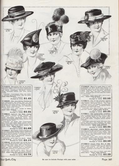 """Zehn Hüte aus Baumwoll-Popeline und """"Velvar"""" (merzerisiertem Baumwollgewebe ähnlich seidigem Samt), Seiden-Samt und Satin, die für junge Frauen und Damen höheren Alters gleichermaßen tragbar sind. Zwei breitkrempige Segelhüte, ein Hut mit breiter, geschwungener Krempe und Hutkopf, der einer Schottenmütze (engl. """"Tam O'Shanter"""") nachempfunden ist, mehrere Hüte mit kurzer Krempe sowie drei Turbane sind auf dieser Seite zu finden. Als Aufputz für die Hüte dienen Samtbänder, Schleifen, Metallschnallen, Federbüschel, Silberreiherfedern, Straußenfedern, Ripsbänder, versteifte Pferdehaare, Ornamente aus Chenille, Perlenmedaillons oder auch Federpompons."""