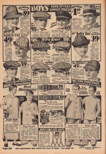 """""""Für Jungen – Kühne Stile, niedrigste Preise"""" (engl. """"For Boys – Keen Styles, Lowest Prices""""). Sommer- und Strandhüte, ein Fedora Hut, eine Admirals-Mütze (""""Little Admiral""""), eine Matrosenmütze, Schiebermützen bzw. Schieberkappen sowie eine Jockey Schirmmütze aus Kaschmir-Wolle, Woll-Serge, Wollfilz, Baumwoll-Suiting (Anzugstoff), gestreiftem Woll-Flanell oder Baumwoll-Filz mit Wollanteil für Jungen von 4 bis etwa maximal 14 Jahre. Ein Fedora Hut mit Ripsband oben rechts.  """"Sparpreise bei der Knabenausstattung – Wir zahlen das gesamte Porto – überall"""" (engl. """"Money-Saving Prices on Boys' Furnishings – We Pay Postage On Everything – Everywhere""""). Lange Nachthemden, einteilige Pyjamas sowie zweiteilige Schlafanzüge aus Musselin oder Perkal mit Knöpfen oder Posamentenverschluss (""""braid frogs""""), Gürtel aus geprägtem und gemustertem Echt-Leder, gemusterte Seiden-Krawatten, eine Fliege aus Rayon und Baumwolle und Hosenträger aus elastischem Band für Jungen von 4 bis 16 Jahre."""