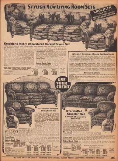 """Die Doppelseite mit Sofagarnituren der Marke Kroehler umfassen Sessel teils mit Schemeln und dreisitzige Sofas (sog. """"Davenport Sofas""""). Die Sofas sind mit abnehmbaren Sitzkissen versehen, in denen Sprungfedern mit dicken Polsterungen guten Sitzkomfort gewährleisten. Die Polster sind mit ornamentalem zwei- und mehrfarbigem Jacquard-, Velours-, Baumwoll- oder feinster Angorawolle bezogen. Die Farben beinhalten Tan (blasses Braun), Taupe (dunkles Grau auch mit Braunstich), Chestnut (Dunkelbraun), Blau, Rosa, Mulberry (Lila), Hennarot und Schwarz."""