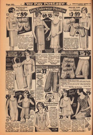 """Unterwäsche für Mädchen zwischen 2 und 14 Jahren. Oben befinden sich lange Unterhemden und Pumphöschen aus Musselin (leichtes Baumwollgewebe) und Satin. Einzelne Unterhemden und Höschen sind von Hand bestickt, mit Spitzenrand versehen oder zeigen schmale Reihenziehungen. Unten befinden sich die Unterwäschestücke für junge Mädchen. Unten links ein Pumphöschen für Strand und Sonne mit angearbeiteten Hosenträgern, ein importiertes Nachthemdchen das in Puerto Rico (hier """"Porto Rico"""") von Hand bestickt wurde und ein zweiteiliger Pyjama aus Baumwoll-Pongee."""