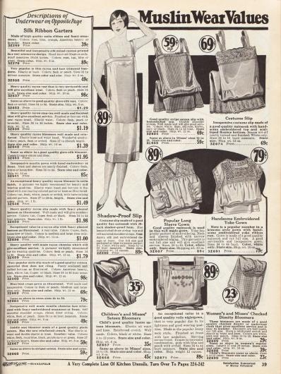 """Damenunterwäsche. Oben drei lange Unterhemden aus Nainsook (leichter Musselin) mit Rockteil in einfachem Stil oder mit Stickereien und Hohlnähten, in der Mitte und unten mittig drei Nachthemden aus Nainsook oder Voile (Schleierstoff) sowie zwei Pumphöschen aus glänzendem Satin oder kariertem Dimity (dt. """"Barchent"""", Mischgewebe aus Baumwolle und Leinen) für junge Frauen und Mädchen."""