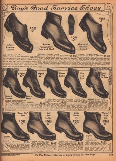 """""""Haltbare Schuhe für Jungen"""" (engl. """"Boy's Good Service Shoes""""). Hochwertige Halbschuhe und Kurzstiefel für Schule und Straße für Jungen bis etwa 14 Jahre. Die Schuhe sind aus Kalbsleder; ein Modell ist aus Lackleder. Die meisten Schuhe werden geschnürt, ein Modell wird über Knöpfe geschlossen. Leichte Quernahtperforationen sowie Doppel- und Dreifachnähte sind zu sehen."""