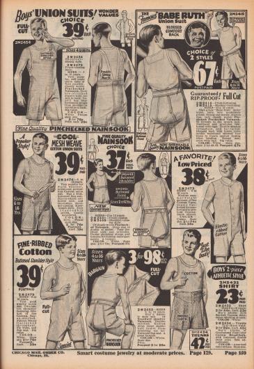 """""""Hemdhosen für Jungen! Wunder-Werte"""" (engl. """"Boys' Union Suits! Wonder Values""""). Unterwäsche für Jungen im Alter von 4 bis 16 Jahre. Unter den Modellen sind einteilige, sommerlich leichte Hemdhosen (Unterhemden mit angeschnittener Unterhose) ohne oder mit kurzen Ärmeln und mit kurzen Beinen sowie Unterhemden und Shorts. Oben rechts eine Hemdhose beworben mit dem Namen des berühmten US-Baseballspielers Babe Ruth (1895-1948). Die Unterwäschestücke sind aus nadelstreifen-kariertem und gekrumpftem Nainsook (besonders leichter Musselin, Baumwollgewebe), mit Maschenmuster gewebte Baumwolle, feinen Baumwollgarnen, dünn gewebter Baumwolle oder Baumwoll-Breitgewebe. Modelle mit verstärkten Nähten."""