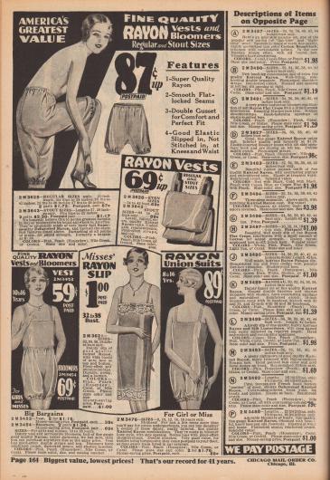 """""""Amerikas größter Wert – hochwertige Rayon-Hemdchen und Pumphosen. Reguläre und stämmige Größen"""" (engl. """"America's Greatest Value – Fine Quality Rayon Vests and Bloomers. Regular and Stout Sizes""""). Damenunterwäsche aus mattiertem Rayon oder Rayon-Trikotage in normalen Größen und Übergrößen. Unter den Wäschestücken befinden sich Pumphöschen, Unterhemdchen, eine zweiteilige Pumphöschen-Kombination, ein langes Unterhemd mit Spitze sowie eine einteilige Pumphöschen-Unterhemd-Kombination (engl. """"Teddy"""" oder """"Camiknickers"""")."""
