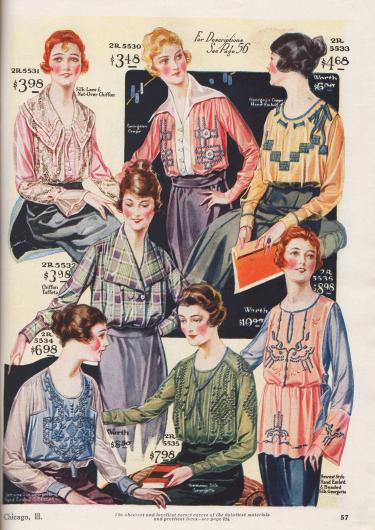 """Sechs elegante und fein gearbeitete Damenblusen und eine lange Tunika-Bluse aus Seiden-Spitze und Chiffon, """"Georgean Crepe"""" (sehr ähnlich Georgette Krepp), gemustertem Chiffon-Taft oder Seiden-Georgette. Die Modelle sind mit Spitzen- und Netzstoffen, Bändern, Biesen-Applikationen, Hohlnähten, Stickereien oder auch Perlstickereien aufgemacht. Die meisten Blusen sind kragenlos, einzelne besitzen breite Matrosenkragen."""