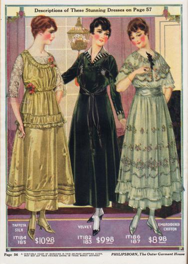 Krinolinenkleider aus Seiden-Taft, Samt und besticktem Chiffon. Die Ärmel und die Brustpatie des ersten Kleides sind aus Spitze hergestellt, Taille und Brust sind mit angesteckten Blumen verziert. Die Enden des Taillenbandes des zweiten Kleides fallen wie zwei Schleppen in den Schoß und enden in zwei Quasten. Die Unschärfe des Druckes resultiert aus den nicht genau übereinanderliegenden Farbschichten - ein häufig anzutreffendes Problem in der Frühzeit der Farbdruckerei.