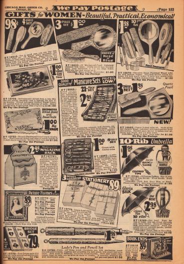 """Drei- bis zehnteilige Toilettentisch-Sets für das Boudoir oder Badezimmer bestehend aus Bürsten, Kämmen und Spiegeln, Maniküre-Sets, ein Tablett mit Motiv, ein Brettchen zum Brotschneiden mit Brotmesser, ein """"modernistischer"""" Zeitungs- und Zeitschriftenständer aus Lindenholz, ein lederbezogener Bilderrahmen aus Holz, vier Bridge Spielblöcke (Set), drei Kartons mit Benachrichtigungskarten (Papier und Umschläge), ein Füllfederhalter mit Druckbleistift (engl. """"chatelaine pencil"""") für Damen, zwei Regenschirme bespannt mit Baumwoll-Taft oder Seide sowie zwei gusseiserne Buchstopper (Buchstütze) in Schiffsoptik mit Bronzeoberfläche."""