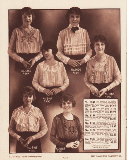 Sechs verschieden gearbeitete Blusen aus Georgette für Frauen. Die Blusen sind entweder kragenlos, besitzen einen strengen Hemdkragen (9166), einen nur den Rücken bedeckenden Kragen oder einen eingeschnittenen Rundkragen (9167). Ein Modell mit einem quadratischen Matrosenkragen im Rücken sowie ein Modell mit einer breiten jabotartigen, beidseitigen Rüsche, die mit venezianischer Spitze berandet ist (9162). Die Blusen sind mit ornamentalen, farblich abstechenden Stickereien und Perl-Stickereien, Biesen, Hohlnähten, Valenciennes-Spitze oder einer zur Fliege gebundenen Bandschleife aufgeputzt. Echte fotografische Abbildungen.