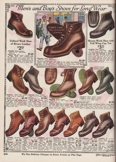 """Schwere, beständige und halbhohe Arbeitsschuhe aus """"Ooze Leather"""" (dt. Kalbs- oder auch Schafsleder) und nicht näher definierten Ledersorten in mittelbraunen bis dunkelbraunen Tönen oder schwarz für Männer. Die Schuhe mit starken und doppelten Nähten können auch für sportliche Aktivitäten genutzt werden. Auffällig ist die Konstruktion der Arbeitsschuhe. Bei vielen Modellen greift eine Lasche der Kappe bis zur Schnürung. Unten auf der Seite sind Schuhe für Jungen, die beispielsweise für die Schule oder Arbeit gedacht sind."""