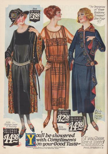 """Das erste Modell ist aus Seiden-Krepp mit aufgenähten Seidenborten in Paisley Musterung. Die glockig weit aufgehenden Ärmel sind das besonders """"anmutige"""" Charakteristikum dieses Kleides. Das mittlere Kleid ist aus Seiden-Georgette. Die aufgestickten Perlen und angenähten Seitenpanele machen aus dem Kleid ein besonders kleidsames Modell. Das letzte Kleid ist aus Woll-""""Poiret Twill"""" genäht und mit bäuerlichen Stickereien verziert."""