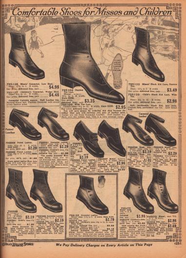 """""""Bequeme Schuhe für Backfische und Kinder"""" (engl. """"Comfortable Shoes for Misses and Children""""). Stiefeletten, Halbschuhe und Pumps mit Knöchelschnalle (genannt """"Mary Jane"""") aus Kalbsleder, Chevreauleder (Ziegenleder), """"Vici""""-Chevreauleder, Lackleder oder """"Box Grain Leather"""" (sehr weiches Leder für Kinderschuhe, ähnlich Brieftaschenleder). Die Modelle zeigen zurückhaltende Perforationen, Ziernähte oder Schleifen."""