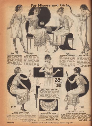"""""""Für Backfische und Mädchen"""" (engl. """"For Misses and Girls""""). Lange Unterhemden, Prinzess-Unterhemden, ein einteiliger Pyjama, Petticoats bzw. Unterröcke und ein kurzer Korsett-Schoner mit Schößchen für Mädchen bis 16 Jahre. Die Wäschestücke sind aus Musseline, Nainsook, Lingerie-Batist oder einfachem Batist hergestellt. Die Wäsche ist teilweise reich bestickt, zeigt Spitze, Lochstickerei bzw. Durchbruchstickerei und wird über Zugstricke geschlossen und mit Schleife gebunden. Oben rechts ein einteiliger Pyjama mit Reihenziehung und Empire-Taille, einer kleinen aufgesetzten Tasche sowie Hosenbeinen mit elastischen Bündchen. Unten in der Mitte eine mehrlagige Brustrüsche für Mädchen mit flacher Brust."""