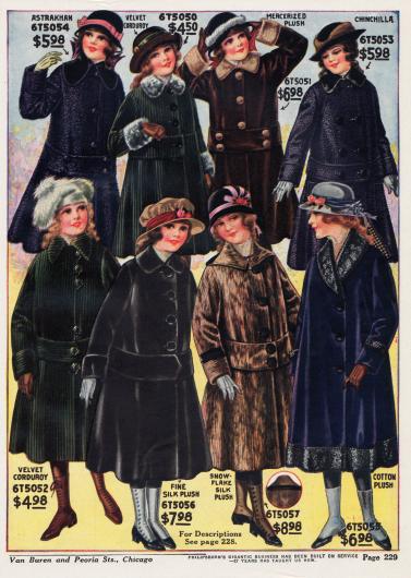 Wadenlange Wintermäntel für Mädchen zwischen 7 und 14 Jahren aus Astrachan, Samtkord, merzerisiertem Plüsch, Chinchillapelz, Seiden-Plüsch und Baumwoll-Plüsch. Auffallend bei nahezu allen Mänteln sind die breiten Gürtelbänder, die auch bei den großen Damen gerade so sehr in Mode sind. Einige Mäntel zeigen Pelzverbrämungen an Kragen, Ärmelaufschlägen und Saum.