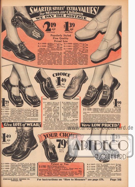"""""""Modernere Stile! Extra-Werte! Für junge Mädchen und Kinder – Wir zahlen das Porto"""" (engl. """"Smarter Styles! Extra Values! For Misses and Children – We Pay the Postage""""). Schnallen- und T-Schnallenschuhe, sportliche Oxfords, Schuhe im Kolonial-Stil mit Schnalle sowie Stiefeletten und Sandalen aus Kalbs- bzw. Rindsleder, weißem Kanevas oder Lackleder mit niedrigen oder flachen Absätzen für 1 bis etwa 12-jährige Mädchen. Einzelne Modelle mit Zierstichen, Leder-Inlays oder Perforationen."""